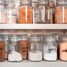 Наводим порядок в шкафах с бакалейной продукцией